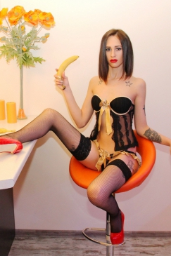 Проститутки в откровенной одежде нa дороге